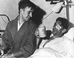 Dvadesetogodišnji Bobi Čarlton (levo) i golman Rej Vud. Snimak je napravljen u minhenskoj bolnici, nekoliko dana nakon nesreće