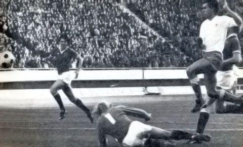 Pogodak Zlatka Vujovića, u pozadini je Nikola Jovanović