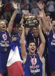Kapiten reprezentacije Jugoslavije Dejan Bodiroga sa trofejem