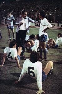 Odmor Hajdukovaca uoči izvođenja penala u utakmici Kupa pobednika kupova protiv mađarskog Diožđera 1977. godine