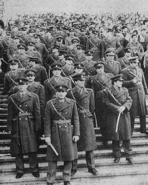 Levo navijači Partizana, desno navijači Dinama, u sredini policijski kordon