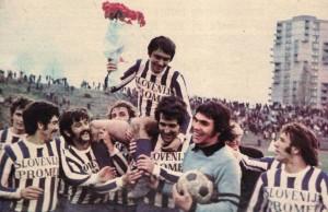 Santrač na ramenima svojih saigrača posle utakmice sa Dinamom