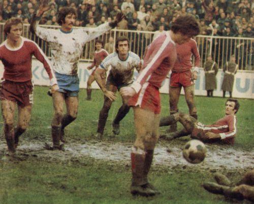 Dramatično četvrtfinale Budućnost - Sarajevo na blatnjavom terenu stadiona pod Goricom: U prvom planu pored lopte je Safet Sušić