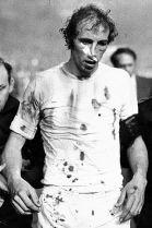 Povređeni Roberto Martinez napušta teren
