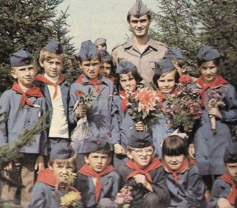 Vojnik Slobodan Santrać u društvu našeg najvećeg bogatstva - našh pionira (Gornji Milanovac, 1973. godine)