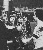 Kapiten Hajduka Jurica Jerković prima trofej