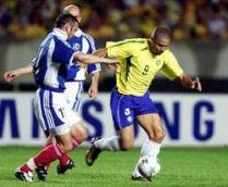 Fortaleza, 27. mart 2002. godine: Duel Siniše Mihajlovića (SRJ) i Ronalda (Brazil)