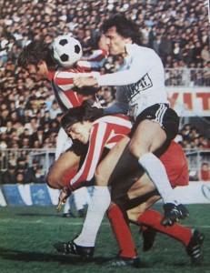 Mile Novković i Mihalj Keri (prugasti dresovi, Zvezda) u borbi za loptu sa Rešadom Kunovcem (Partizan)