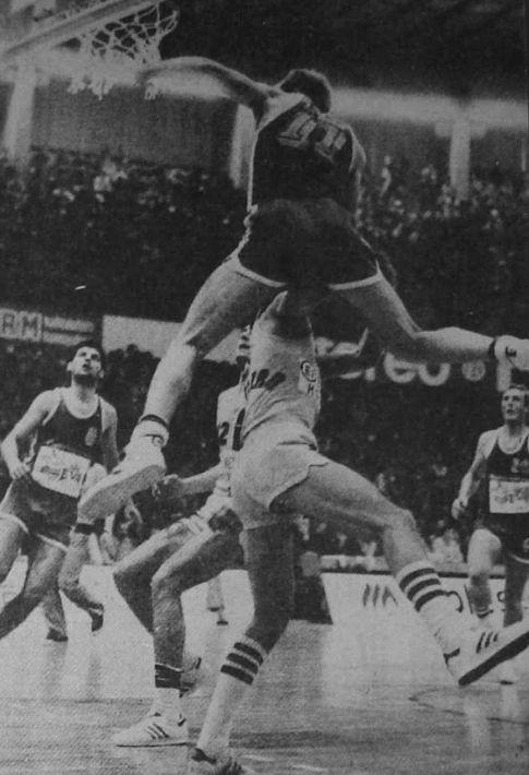 """Niš 1979. godine: Zadranin Čedomir-Čedo Perinčić """"zakucava"""" preko igrača Partizana"""