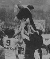 Niš, 1979. godine: Trener Partizana Dušan-Duda Ivković na rukama igrača Partizana posle trijumfa nad Zadrom u finalu Kupa