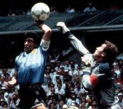 Trenutak kad Maradona postiže gol rukom (FOTO: popperfoto