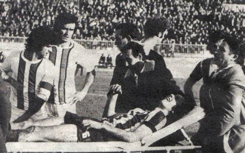Zorana Racića na nosilima iznose sa terena, Mustafa Hukić i Kasim Alibegović (Sloboda) samo su nemi posmatrači
