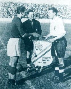 Kapiteni Jugoslavije i Engleske Đorđe Vujadinović i Edi Hepgud
